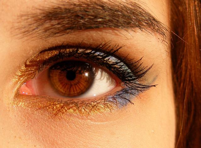 como-aplicar-crema-para-el-contorno-de-tus-ojos