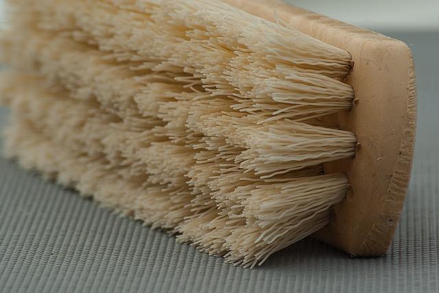 con-que-frecuencia-debes-limpiar-tu-cepillo-para-el-cabello