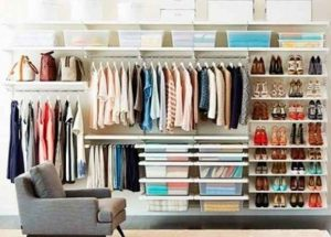 clóset, ropa organizada