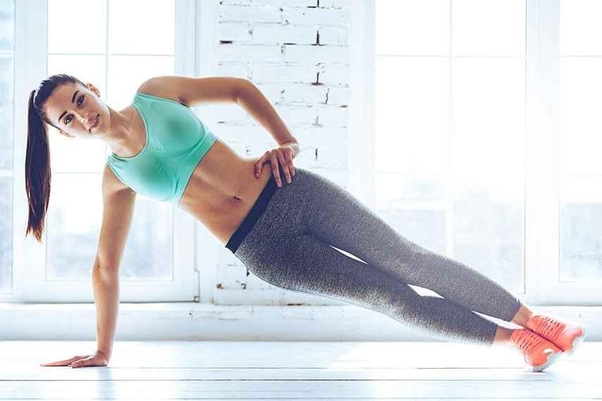 Plancha lateral. Sirve para fortalecer y definir el abdomen, en especial los abdominales oblicuos. (Foto: larevista.in)